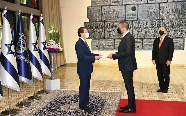 خالد يوسف الجلاهمة (على يمين الصورة)،أول سفير بحريني لدى إسرائيل، يسلم أوراق اعتماده  إلى الرئيس يتسحاق هرتسوغ في القدس، 14 سبتمبر، 2021. (Amos Ben-Gershom / GPO)