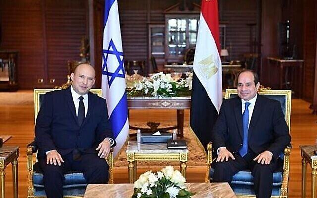 رئيس الوزراء نفتالي بينيت (إلى اليسار) والرئيس المصري عبد الفتاح السيسي يلتقيان يوم الإثنين 13 سبتمبر، 2021 في شرم الشيخ. (Credit: Egyptian Presidency).