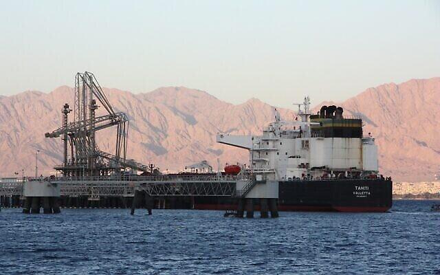 ناقلة نفط ترسو في ميناء شركة خطوط الأنابيب الأوروبية الآسيوية في إيلات بجنوب إسرائيل، 4 مايو، 2021 (شموليك تاجار)