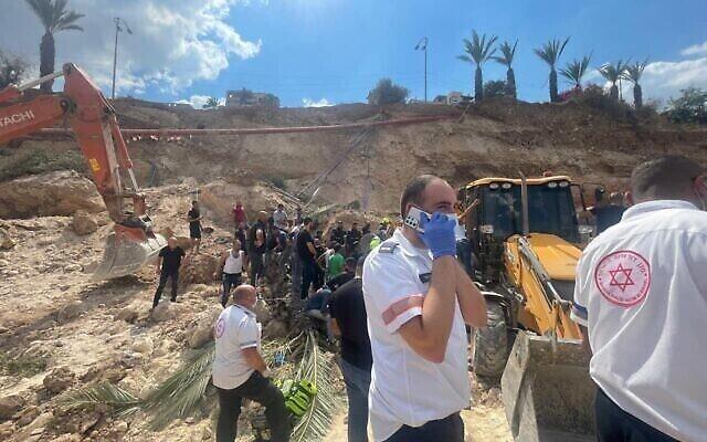 المستجيبون الأوائل يتفقدون موقع الانهيار في كفر كنا، 28 سبتمبر، 2021. (Magen David Adom)