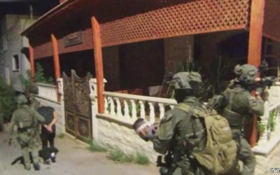 """عناصر في وحدة مكافحة الإرهاب """"يمام"""" الإسرائيلية يتعقلون أسيرين فارين فلسطينيين بعد مطاردة استمرت نحو أسبوعين في جنوب بالضفة الغربية، 19 سبتمبر، 2021. (Screen capture: Israel Police)"""