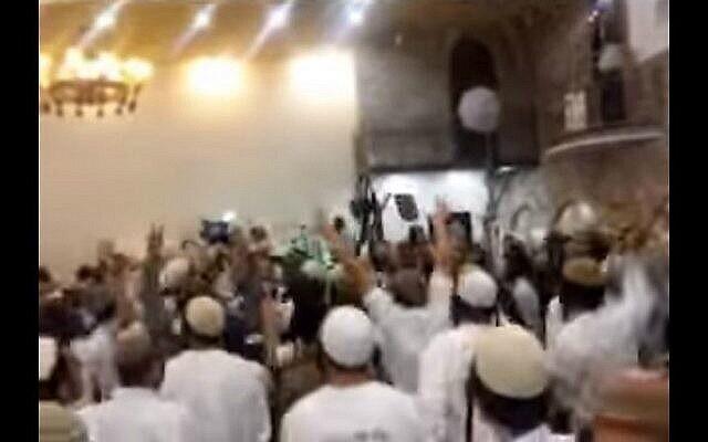 """لقطة شاشة من مقطع فيديو يظهر متطرفين إسرائيليين يهود في """"حفل زفاف"""" يحتفلون بمقتل عائلة دوابشة. (لقطة شاشة: القناة 10)"""