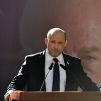 رئيس الوزراء نفتالي بينيت يلقي كلمة في حفل رسمي بمناسبة ذكرى اغتيال رئيس الوزراء السابق يسحاق رابين، في مقبرة جبل هرتسل الوطنية في القدس، 18 اكتوبر 2021 (Kobi Gideon / GPO)