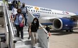 صورة توضيحية: سائحون إسرائيليون يصلون إلى مطار مراكش الدولي في أول رحلة تجارية مباشرة بين إسرائيل والمغر ، في 25 يوليو 2021 (Fadel Senna / AFP)