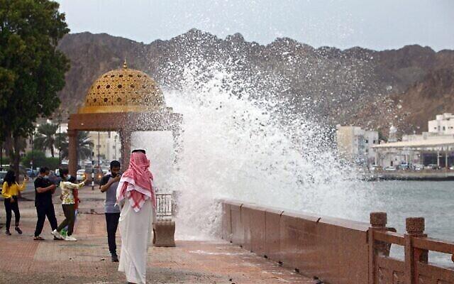 الأمواج العالية تتكسر على كورنيش البحر في العاصمة العمانية مسقط في 2 أكتوبر 2021، حيث تضرب عاصفة شاهين الاستوائية البلاد. (محمد محجوب / وكالة الصحافة الفرنسية)
