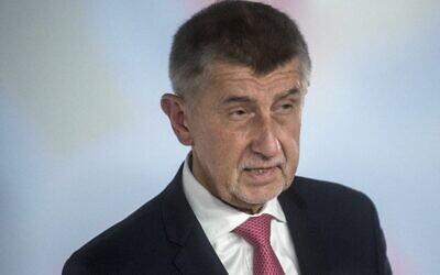"""رئيس الوزراء التشيكي وزعيم حركة """"آنو"""" ، أندريه بابيش، يجيب على أسئلة الصحفيين قبل مناظرته التلفزيونية للانتخابات البرلمانية على قناة Czech TV Nova في براغ، 7 أكتوبر، 2021. (MICHAL CIZEK / AFP)"""