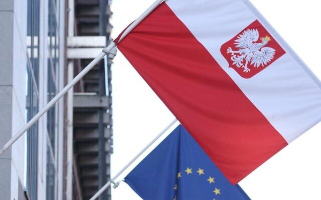 صورة تم التقاطها في 8 أكتوبر 2021 تُظهر العلم البولندي وعلم الاتحاد الأوروبي عند مدخل السفارة البولندية في بروكسل. ( Kenzo Tribouillard / AFP)
