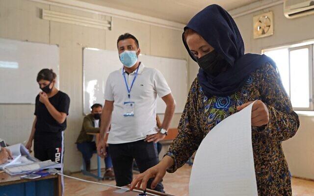 نازحون يزيديون يدلون بأصواتهم في الانتخابات البرلمانية في مخيم في منطقة الشريعة، على بعد حوالي 15 كيلومترا من مدينة دهوك الشمالية في إقليم كردستان العراق المتمتع بالحكم الذاتي، في 8 أكتوبر، 2021. (ISMAEL ADNAN / AFP)