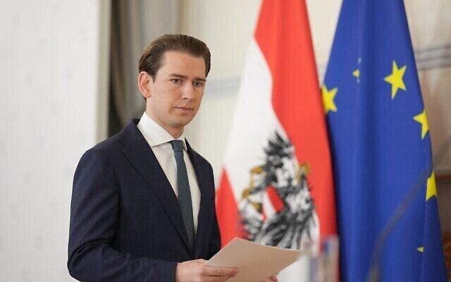 وصول المستشار النمساوي سيباستيان كورتس لإلقاء بيان صحفي حول أزمة الحكومة في المستشارية الفيدرالية في فيينا، النمسا، 9 أكتوبر، 2021. (Georg Hochmuth / APA / AFP)