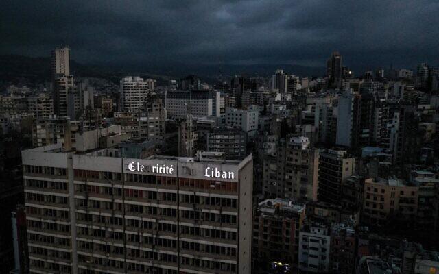 تظهر هذه الصورة التي التقطت في 3 أبريل 2021 منظرًا جويًا يظهر العاصمة اللبنانية بيروت في الظلام أثناء انقطاع التيار الكهربائي.- قالت مؤسسة الكهرباء الحكومية إن الكهرباء في لبنان انقطعت بشكل كامل اليوم بعد أن توقفت محطتان رئيسيتان لتوليد الكهرباء بسبب نفاد الوقود. (Dylan COLLINS / AFP)