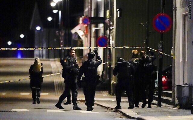 عناصر الشرطة تقوم بتطويق المكان الذي يحققون فيه في كونغسبيرج بالنرويج بعد أن قتل رجل مسلح بقوس وشاب عدة أشخاص قبل أن تعتقله الشرطة، 13 أكتوبر، 2021. (Håkon Mosvold Larsen / NTB / AFP)