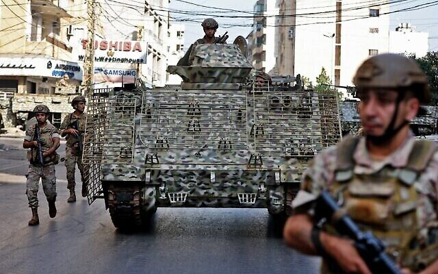 جنود من الجيش اللبناني يقومون بدورية في منطقة الاشتباكات في الضاحية الجنوبية للعاصمة بيروت، 14 اكتوبر 2021 (Anwar Amro / AFP)