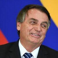 الرئيس البرازيلي جاير بولسونارو يشير خلال توقيع الاتفاقيات مع نظيره الكولومبي إيفان دوكي (لا يظهر في الصورة) في قصر بلانالتو في برازيليا، في 19 أكتوبر 2021.