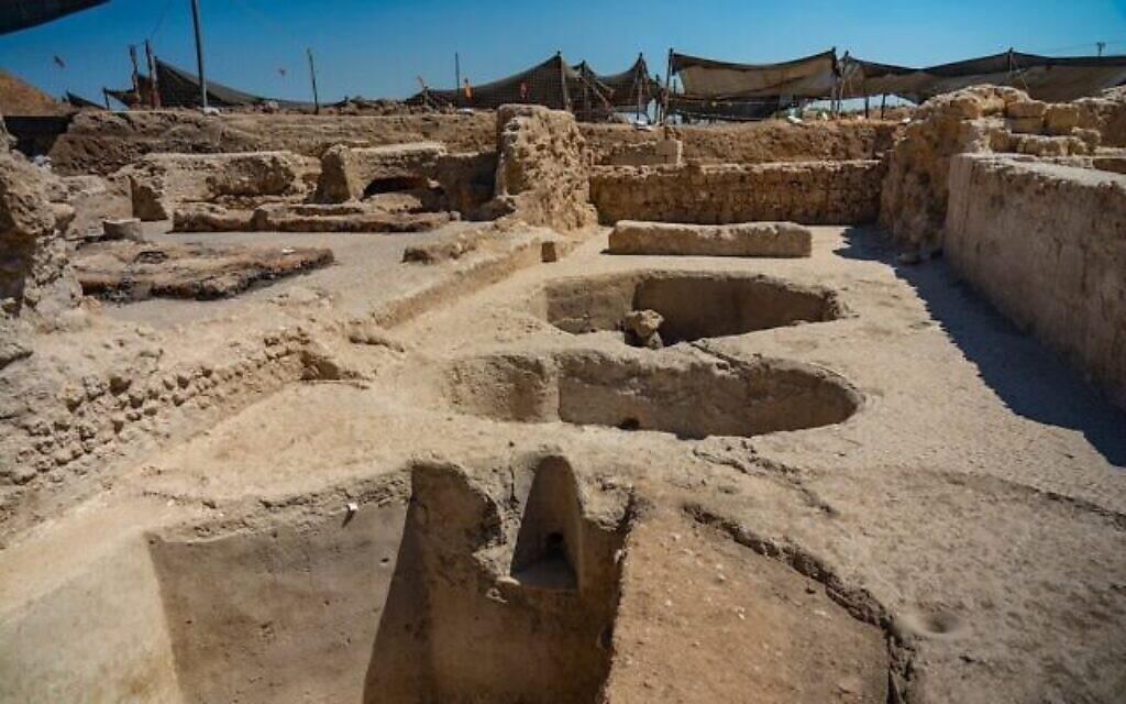 أوعية لتخزين النبيذ في معصرة بيزنطية تم العثور عليها في يافني (Yaniv Berman / IAA)
