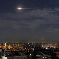 صورة توضيحية: في هذه الصورة التي نشرتها وكالة الأنباء السورية الرسمية سانا، تظهر صواريخ تحلق في السماء بالقرب من المطار الدولي في دمشق، سوريا، في 21 يناير 2019 (SANA via AP)