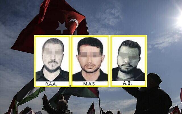 """صور مشوشة لثلاثة من عملاء الموساد الـ15 المزعومين نشرتها صحيفة """"صباح"""" التركية. في الخلفية: متظاهرون أتراك مؤيدون للفلسطينيين يرفعون العلمين التركي والفلسطيني خلال مسيرة احتجاجية في اسطنبول، 9 فبراير، 2020. (Screenshot: Sabah؛ AP Photo / Emrah Gurel)"""