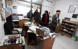 موظفون فلسطينيون في مكاتب منظمة الضمير في مدينة رام الله بالضفة الغربية، بعد أن داهمت قوات الجيش الإسرائيلي 3 منظمات غير حكومية فلسطينية، 11 ديسمبر، 2012 (عصام ريماوي / FLASH90)