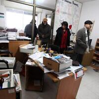 موظفون فلسطينيون في مكاتب الضمير في مدينة رام الله بالضفة الغربية، بعد أن داهمت قوات الجيش الإسرائيلي 3 منظمات غير حكومية فلسطينية، 11 ديسمبر، 2012. (Issam Rimawi/FLASH90)