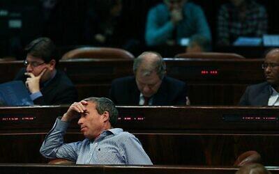 عضو الكنيست من حزب يش عتيد، العازار شتيرن، يجلس في الكنيست خلال جلسة للكنيست في القدس، 14 يناير 2014 (Yonatan Sindel / Flash90)