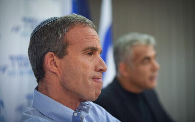 """زعيم حزب """"يش عتيد"""" يائير لبيد (من اليمين) مع عضو الكنيست إليعازار شتيرن في مؤتمر صحفي في تل أبيب، 18 يناير، 2015. (Ben Kelmer / FLASH90)"""