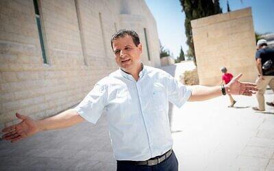 أيمن عودة، رئيس القائمة  المشتركة، خارج مبنى المحكمة العليا في القدس بالتي بتت في التماسات تقدمت بها أطراف يمينية طالبت بشطب حزبه ومنعه من الترشح في انتخابات سبتمبر، 22 أغسطس، 2019. (Yonatan Sindel / Flash90)