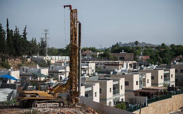 اعمال بناء في مستوطنة ياكير بالضفة الغربية، 11 يونيو، 2020 (Sraya Diamant / Flash90)