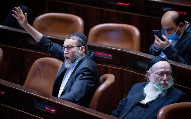 عضو الكنيست موشيه غافني (يسار) إلى جانب يعقوب ليتسمان في الكنيست، 26 يوليو 2021 (Yonatan Sindel / Flash90)