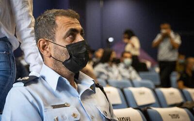 رئيس المنطقة الشمالية بشرطة إسرائيل شمعون لافي يصل للإدلاء بشهادته أمام لجنة تحقيق كارثة ميرون، 22 أغسطس، 2021 (Yonatan Sindel / Flash90)