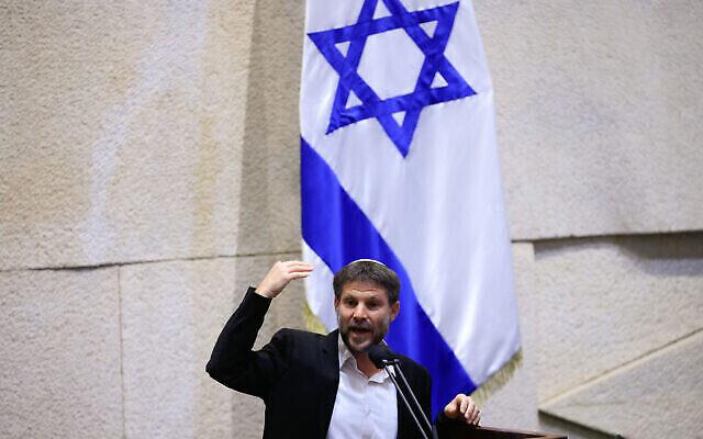 رئيس حزب الصهيونية الدينية بتسلئيل سموتريتش يلقي كلمة أمام جلسة الكنيست المكتملة بشأن ميزانية الدولة، 2 سبتمبر 2021 (Olivier Fitoussi / Flash90)