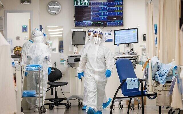 توضيحية: طاقم مستشفى شعاري تسيديك يرتدون معدات السلامة أثناء عملهم في قسم كورونا في القدس، 23 سبتمبر، 2021. (Yonatan Sindel / Flash90)
