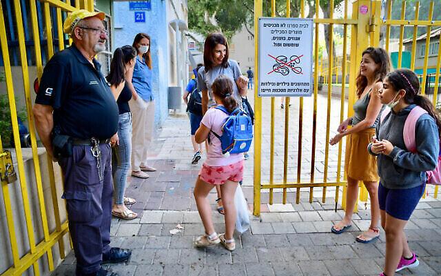 """طلاب إسرائيليون يصلون في أول يوم دراسي بعد العطلة إلى مدرسة """"غابرئيلي"""" في تل أبيب، 30 سبتمبر، 2021. (Avshalom Sassoni / Flash90)"""