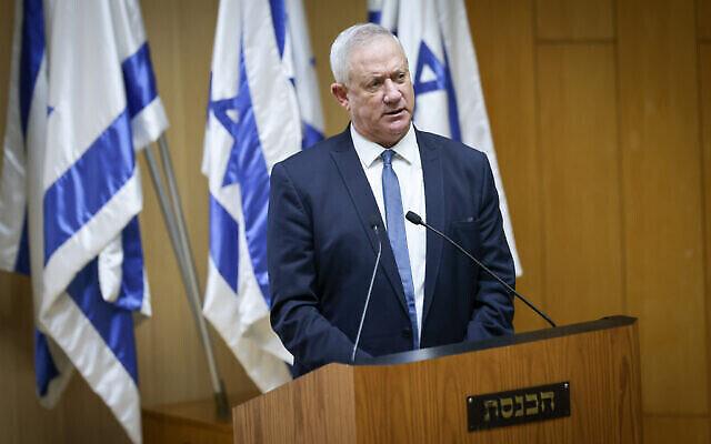 وزير الدفاع بيني غانتس يتحدث في حدث للاحتفال بالذكرى السنوية الأولى لاتفاقيات إبراهيم، في البرلمان الإسرائيلي في القدس، في 11 أكتوبر، 2021. (Yonatan Sindel / Flash90)