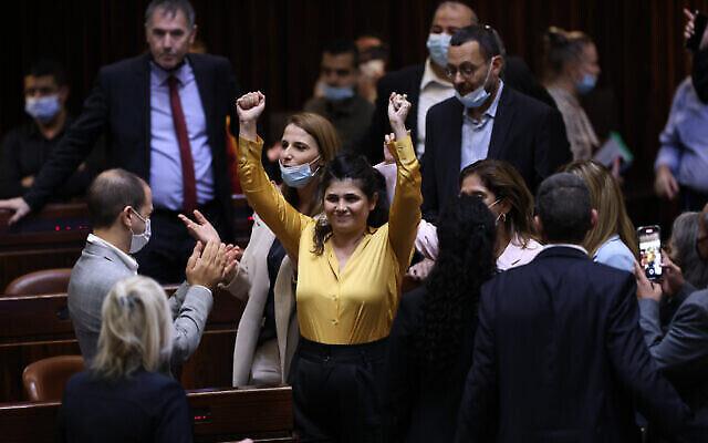 """عضو الكنيست من حزب """"الامل الجديد""""، شارين هاسكل، وسط الصورة، خلال تصويت على قانون يقترح إصلاحات لتنظيم الماريجوانا الطبية، في الكنيست، في القدس، 13 أكتوبر، 2021 (Yonatan Sindel / Flash90)"""
