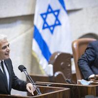 وزير الخارجية يئير لبيد يتحدث خلال حفل تأبين بمناسبة مرور 26 عاما على اغتيال رئيس الوزراء إسحاق رابين، في الكنيست، 18 أكتوبر، 2021 (Olivier Fitoussi / Flash90)