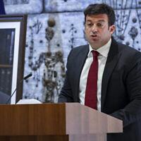 يوناتان بن أرتسي، حفيد رئيس الوزراء السابق يتسحاق رابين، يتحدث في حفل تأبين لإحياء الذكرى 26 لاغتيال رابين، في مقر إقامة الرئيس في القدس، 18 أكتوبر ، 2021. (Yonatan Sindel / Flash90)