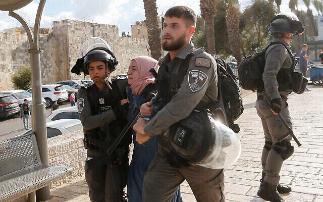 اشتباكات بين فلسطينيين والشرطة خلال مظاهرة عند باب العامود في البلدة القديمة بالقدس، 19 أكتوبر، 2021 (Jamal Awad / Flash90)