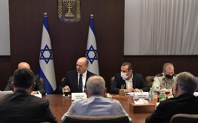 رئيس الوزراء نفتالي بينيت يعقد اجتماعا وزاريا في القدس في 3 أكتوبر 2021 لمناقشة جرائم العنف في الوسط العربي.  (Kobi Gideon/GPO)