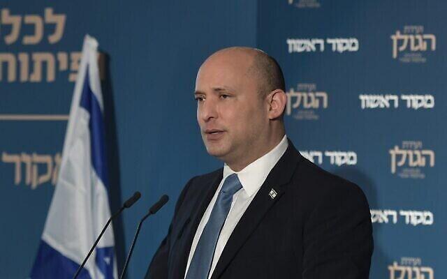 """رئيس الوزراء نفتالي بينيت في مؤتمر """"ماكور ريشون""""، 11 أكتوبر 2021 (Kobi Gideon / GPO)"""