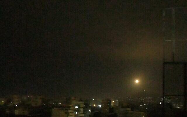 توضيحية: إطلاق صاروخ مضاد للطائرات سوري في السماء بالقرب من دمشق خلال غارة جوية إسرائيلية مزعومة في 6 يناير ، 2021. (Screen capture: SANA)