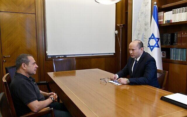 رئيس الوزراء نفتالي بينيت (يمين) ورئيس الشاباك نداف أرغمان يلتقيان في مكتب رئيس الوزراء في القدس، 15 يونيو، 2021. (Haim Tzach / GPO)