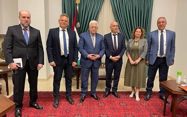 رئيس السلطة الفلسطينية محمود عباس (وسط) يلتقي بالوزيرين من حزب ميرتس، نيتسان هوروفيتس (يسار الوسط) وعيساوي فريج (وسط - يمين) 3 أكتوبر، 2021. (Meretz)
