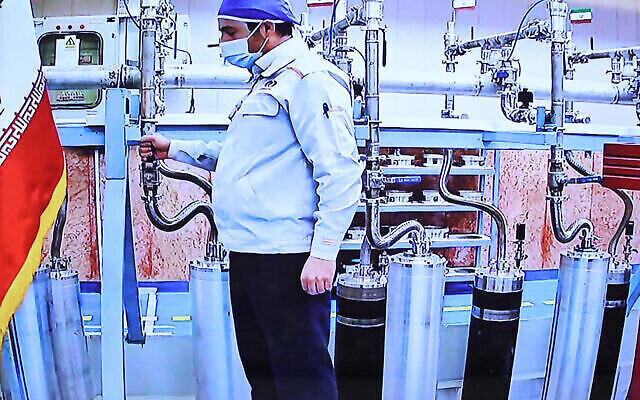 صورة نشرها مكتب الرئاسة الإيرانية يوم السبت 10 أبريل، يظهر فيها مهندس عبر تقنية الفيديو داخل مفاعل نطنز لتخصيب اليورانيوم الإيراني.  (Iranian Presidency/AFP)