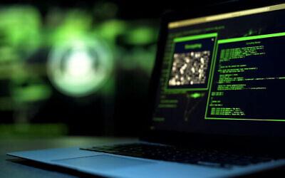 توضيحية: برمجة البرامج النصية على شاشة الكمبيوتر. (Motortion / iStock by Getty Images)