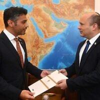 سفير الإمارات لدى إسرائيل محمد آل خاجة مع رئيس الوزراء نفتالي بينيت، 19 أكتوبر 2021 (Haim Tzah / GPO)
