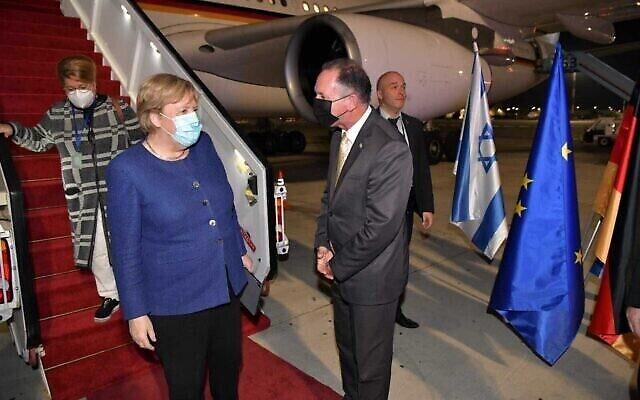 المستشارة الألمانية أنغيلا ميركل تصل إلى مطار بن غوريون في زيارة وداعية لإسرائيل، 9 أكتوبر، 2021. (Shlomi Amsalem/Foreign Ministry)