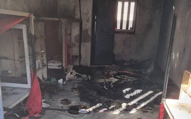 زنزانة محترقة في سجن كتسيعوت بعد إضطرابات قام بها أسرى فلسطينيون هناك، في 8 سبتمبر 2021 (Courtesy)