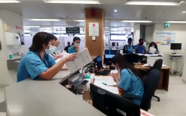 الطاقم الطبي في مستشفى هيلل يافيه يسجلون تفاصيل المرضى باستخدام القلم والورق، بعد هجوم إلكتروني تعرض له المستشفى من خلال برنامج فدية،  13 أكتوبر، 2021. (Hillel Yaffe Medical Center)