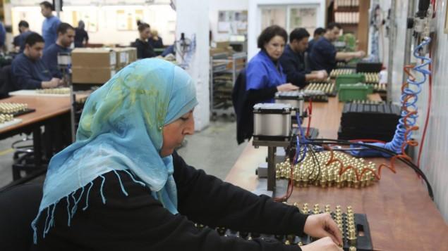 امرأة فلسطينية تعمل في مصنع صودا ستريم في مستوطنة معالي ادوميم (بعدسة ناتي شوحاط/ فلاش 90)