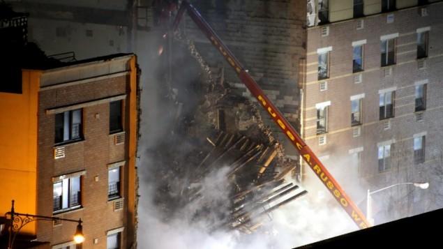 الحريق في هارلم والتي نتجت عن افجار انبوب غاز الذي ادى الى انهيار عمارة كاملة  12 مارس 2014 (صور جيتي/ ا ف ب)