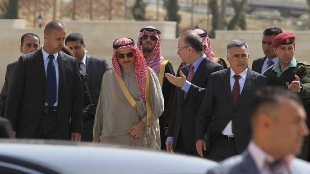 الامير السعودي الوليد بن طلال في المقاطعة برامالله 4 مارس 2014 (أ ف ب)